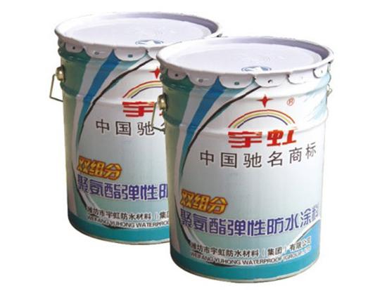 宇虹牌双组分聚氨酯防水涂料是一种双组分反应固化型高分子防水涂料,甲组分是由聚醚和异氰酸酯经缩聚反应得到的聚氨预聚体,乙组分是由增塑剂、固化剂、增稠剂、促凝剂、填充剂等组成的彩色液体。使用时将甲、乙两种组分按一定比例混合、搅拌均匀后,涂刷在需要施工的基层表面,经反应固化形成富有弹性、坚韧又有耐久性的防水涂膜。