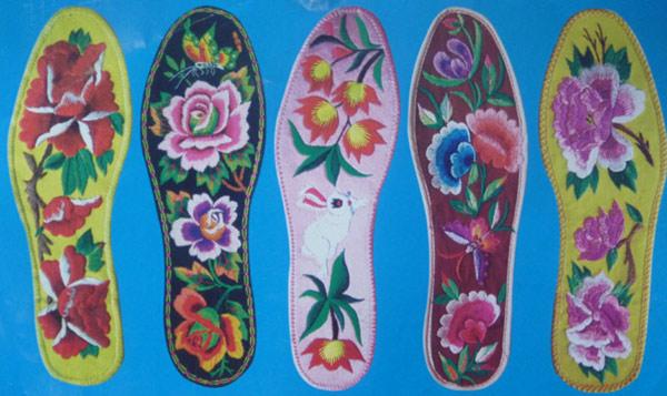 7一双好看的绣花鞋垫除了针法,关键还在于图案和选色.